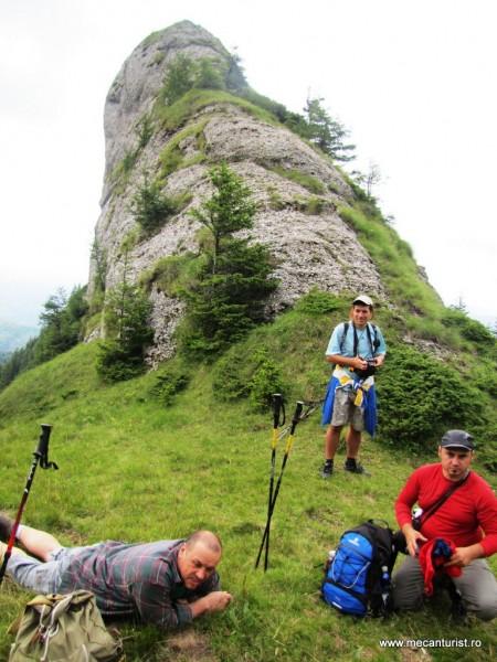 Eugen, pentru care iarba poienii a devenit saltea Relaxa; Ciprian, scotocind după o haină mai groasă; Ştefan, cu gândul la escaladarea stâncii din spatele său