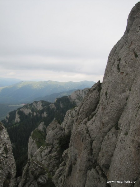 Abrupturile vestice ale Culmii Zăganu. În partea mediană se zăresc cabanele de la Muntele Roşu, iar în plan îndepărtat – Culmea Bratocea