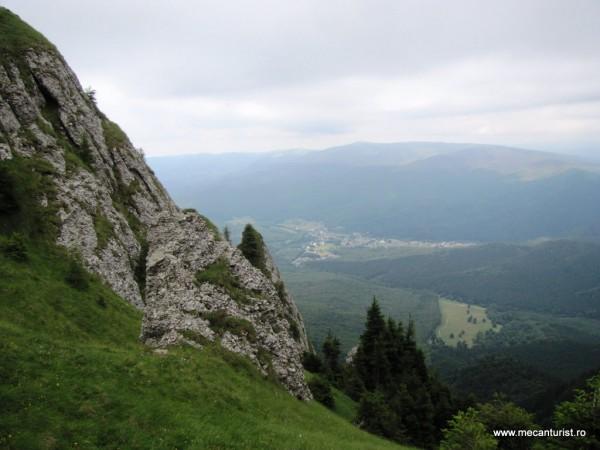 """Depresiunea Cheia, cuibărită pe cursul superior al Teleajenului (numit aici Pârâul Berii, hidronim provenit din germanul beer, însemnând """"urs"""")"""