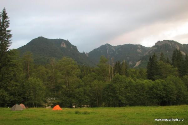 Versantul estic al Munţilor Ciucaş văzut dinspre Poiana Stânii – Colţii Vânătorului, Vârful Zăganu, Culmea Şuviţelor, Valea Pârâului Alb
