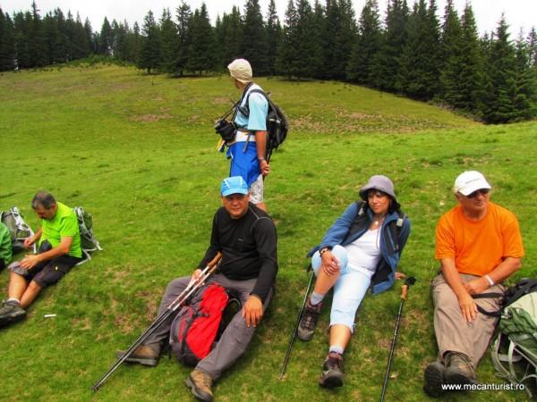 La odihnă: dinspre stânga - Nelson, Edi, Doina, nea Costel şi Ştefan (în picioare)